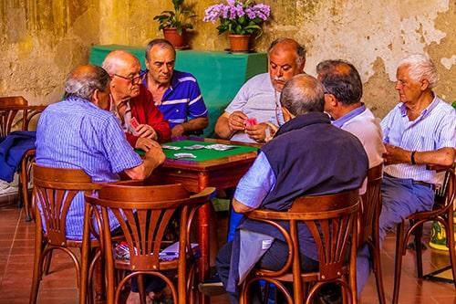 O empregado que se aposenta tem direito de manter a sua condição de beneficiário do plano de saúde?