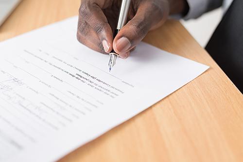 A ausência de vacatio legis, a possibilidade de alternância de regimes licitatórios durante 2 anos e a duração de contratos celebrados sob a égide da legislação revogada.