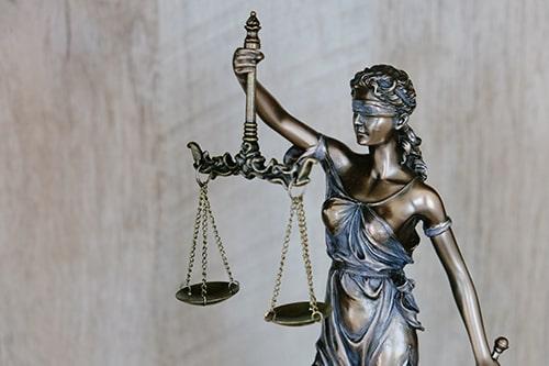 Breve análise do indeferimento da gratuidade de justiça ao hipossuficiente econômico e do indeferimento do parcelamento de honorários periciais na justiça do trabalho.